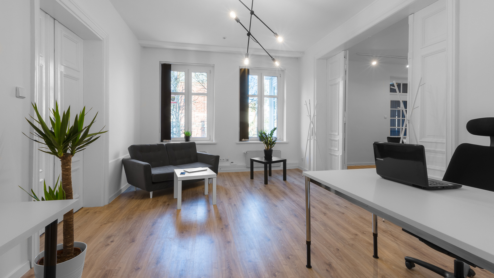 Working at GOOD SPACE disables all distractors which you may meet when working at home. The sober and yet sophisticated interior allows you to fully focus on what really matters to you.